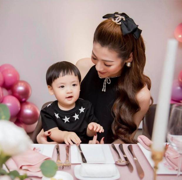 Á hậu kết hôn với thiếu gia ngành xây dựng, con trai sinh ra đã ngậm thìa vàng, 2 tuổi được bố mẹ gửi gắm vào trường học phí đắt nhất Hà thành - Ảnh 5.