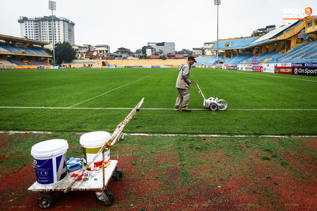Sân Hàng Đẫy phun khử khuẩn trước khi mở cửa đón 2000 khán giả - Ảnh 7.