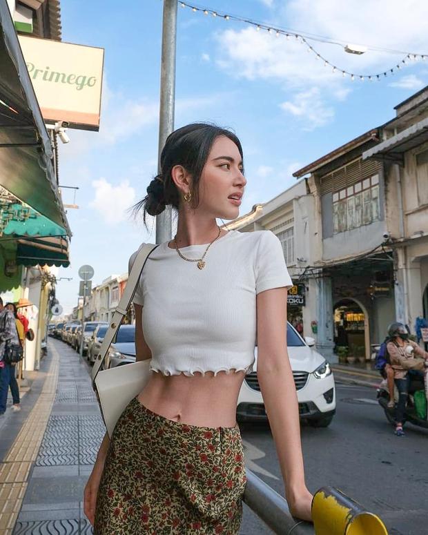 """""""Nữ hoàng crop top"""" chính là Mai Davika: Vừa khoe eo hoàn hảo không mỡ thừa, vừa nữ tính trẻ trung nhìn phát mê - Ảnh 11."""