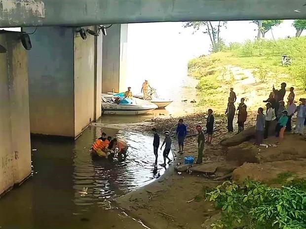Huế: Người dân ngỡ ngàng khi nam thanh niên bất ngờ gieo mình từ trên cầu xuống sông Hương tự tử - Ảnh 2.