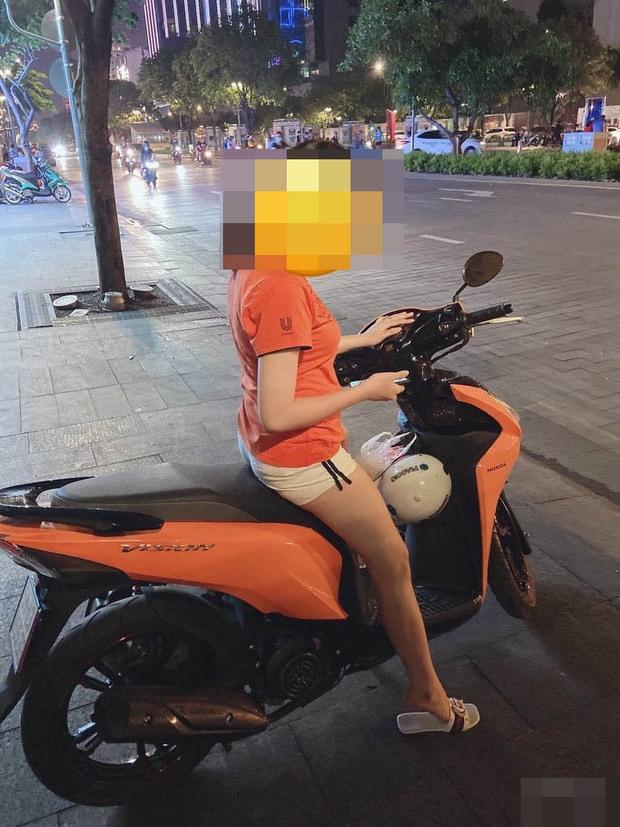 Nam thanh niên cầm mã tấu chặn đầu uy hiếp rồi cướp xe máy tay ga của cô gái ở TP.HCM - Ảnh 1.