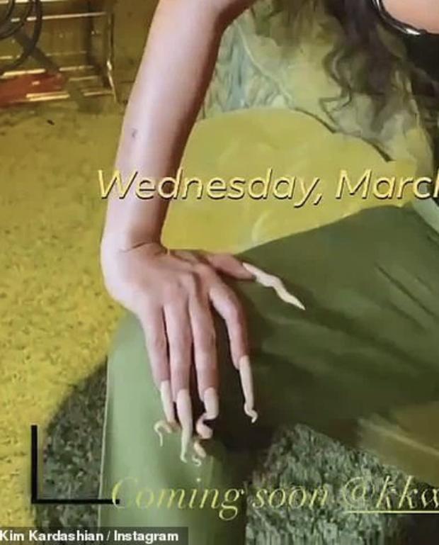 Kim Kardashian diện bộ cánh đỡ không nổi vòng 1 phồn thực chực trào, nhưng đập vào mắt lại là bộ nail xoắn tít kì dị - Ảnh 5.
