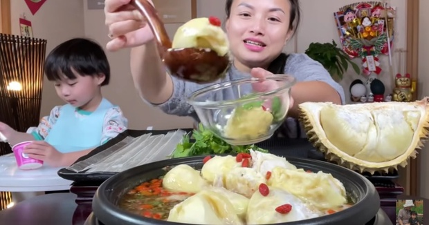 """Netizen """"sốc nặng"""" khi thấy Quỳnh Trần JP nấu lẩu gà với… sầu riêng, ai dè là món ăn nức tiếng xứ Trung - Ảnh 1."""