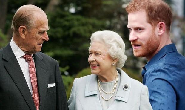 """Bị vợ chồng cháu trai """"dội bom"""" không thương tiếc, thái độ của Nữ hoàng Anh đối với Harry hiện tại khiến dân chúng không khỏi chạnh lòng - Ảnh 2."""