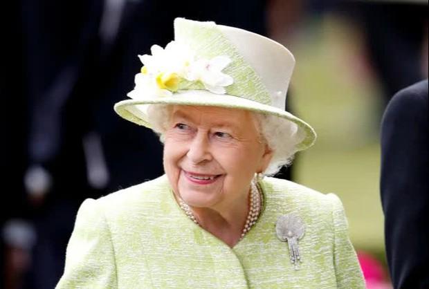 """Bị vợ chồng cháu trai """"dội bom"""" không thương tiếc, thái độ của Nữ hoàng Anh đối với Harry hiện tại khiến dân chúng không khỏi chạnh lòng - Ảnh 3."""