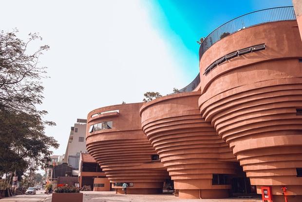 Cận cảnh tòa nhà 150 tỷ đồng, hình thù kỳ dị chưa từng có ở thủ phủ gốm Bát Tràng - Ảnh 1.