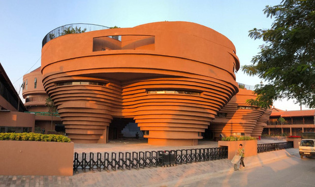 Cận cảnh tòa nhà 150 tỷ đồng, hình thù kỳ dị chưa từng có ở thủ phủ gốm Bát Tràng - Ảnh 2.