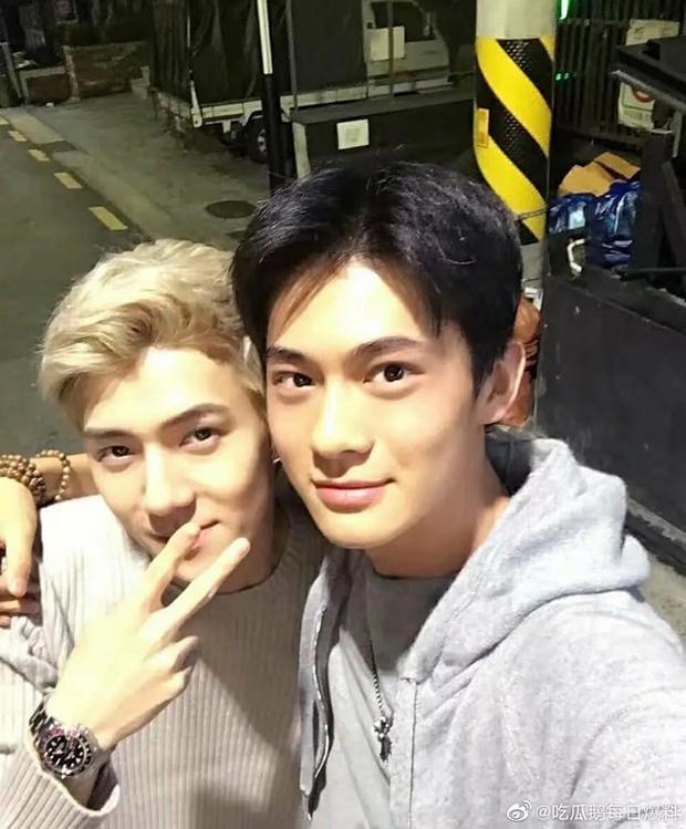 Mỹ nam đầu trọc khiến Lisa cười xỉu lên xỉu xuống hoá ra là bạn thân của Sehun (EXO), đúng là đẹp trai thì hay chơi với nhau! - Ảnh 11.