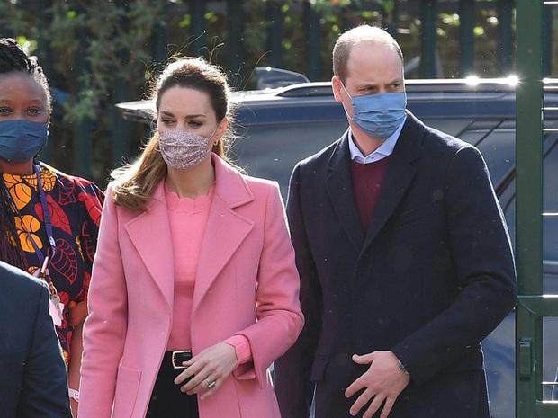 Hành động làm tan chảy trái tim người hâm mộ của Hoàng tử William dành cho Công nương Kate sau khi bị Meghan réo tên - Ảnh 2.