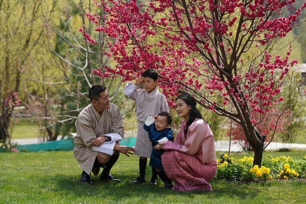 Khoe ảnh gia đình đẹp ngất ngây nhân dịp con trai út tròn 1 tuổi, Hoàng hậu Bhutan lại khiến vạn người mê đắm bởi nhan sắc lên hương - Ảnh 1.