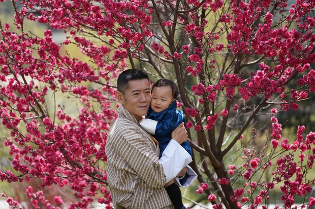 Khoe ảnh gia đình đẹp ngất ngây nhân dịp con trai út tròn 1 tuổi, Hoàng hậu Bhutan lại khiến vạn người mê đắm bởi nhan sắc lên hương - Ảnh 2.