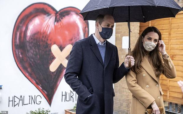 Hành động làm tan chảy trái tim người hâm mộ của Hoàng tử William dành cho Công nương Kate sau khi bị Meghan réo tên - Ảnh 3.