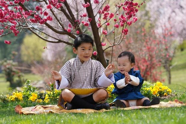 Khoe ảnh gia đình đẹp ngất ngây nhân dịp con trai út tròn 1 tuổi, Hoàng hậu Bhutan lại khiến vạn người mê đắm bởi nhan sắc lên hương - Ảnh 3.