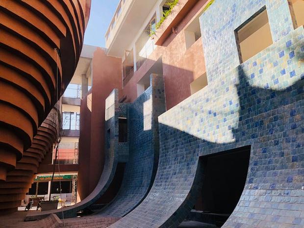 Cận cảnh tòa nhà 150 tỷ đồng, hình thù kỳ dị chưa từng có ở thủ phủ gốm Bát Tràng - Ảnh 4.