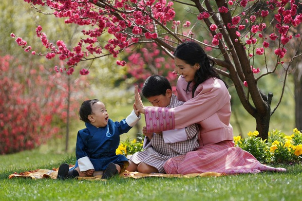 Khoe ảnh gia đình đẹp ngất ngây nhân dịp con trai út tròn 1 tuổi, Hoàng hậu Bhutan lại khiến vạn người mê đắm bởi nhan sắc lên hương - Ảnh 4.