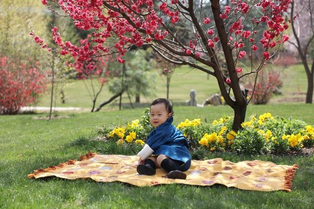 Khoe ảnh gia đình đẹp ngất ngây nhân dịp con trai út tròn 1 tuổi, Hoàng hậu Bhutan lại khiến vạn người mê đắm bởi nhan sắc lên hương - Ảnh 5.