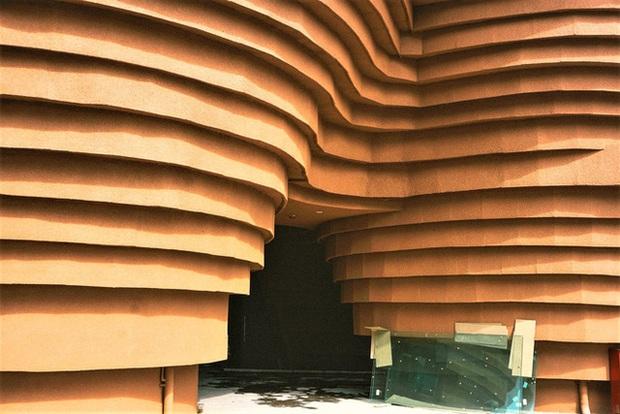 Cận cảnh tòa nhà 150 tỷ đồng, hình thù kỳ dị chưa từng có ở thủ phủ gốm Bát Tràng - Ảnh 6.