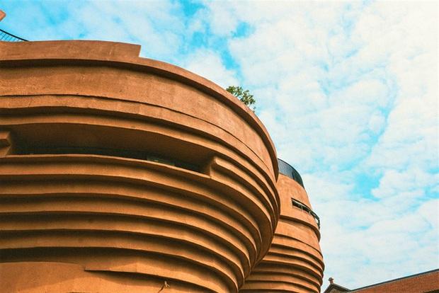 Cận cảnh tòa nhà 150 tỷ đồng, hình thù kỳ dị chưa từng có ở thủ phủ gốm Bát Tràng - Ảnh 7.