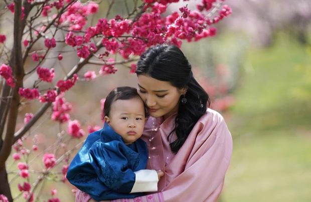 Khoe ảnh gia đình đẹp ngất ngây nhân dịp con trai út tròn 1 tuổi, Hoàng hậu Bhutan lại khiến vạn người mê đắm bởi nhan sắc lên hương - Ảnh 7.