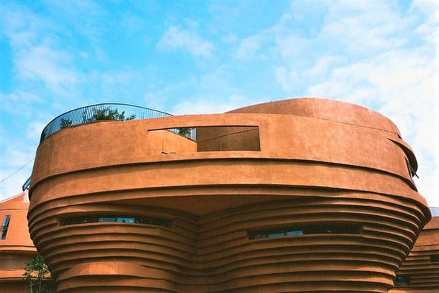 Cận cảnh tòa nhà 150 tỷ đồng, hình thù kỳ dị chưa từng có ở thủ phủ gốm Bát Tràng - Ảnh 9.