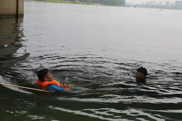 Huế: Người dân ngỡ ngàng khi nam thanh niên bất ngờ gieo mình từ trên cầu xuống sông Hương tự tử - Ảnh 1.
