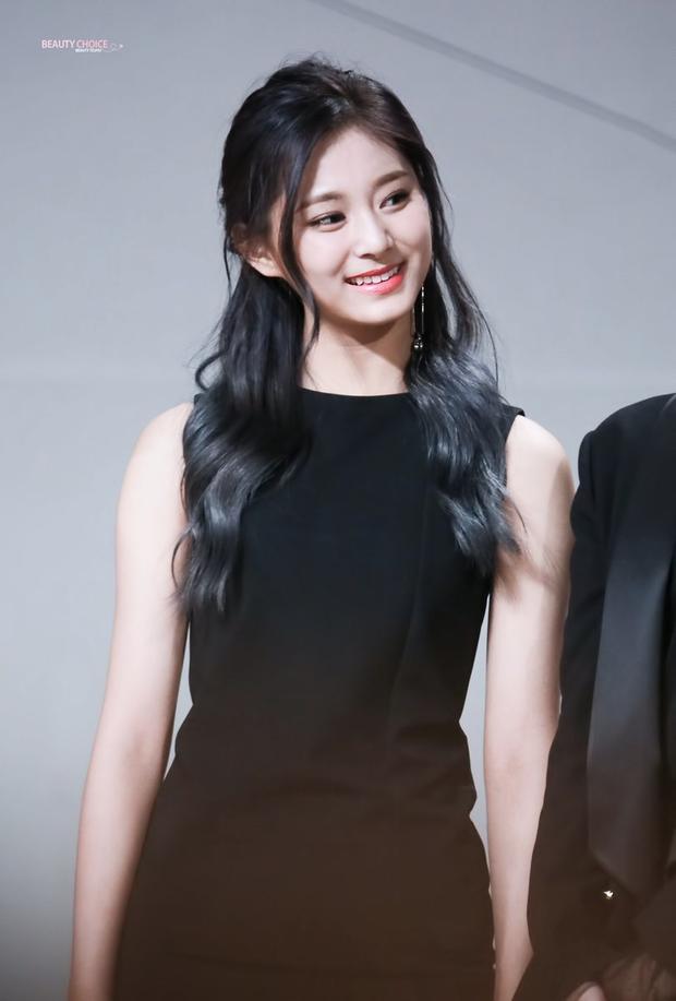 Tranh cãi khi so kè nhan sắc Tzuyu - Jang Won Young năm 17 tuổi: Center chân dài át cả Lisa có đỉnh hơn mỹ nhân đẹp nhất thế giới? - Ảnh 6.