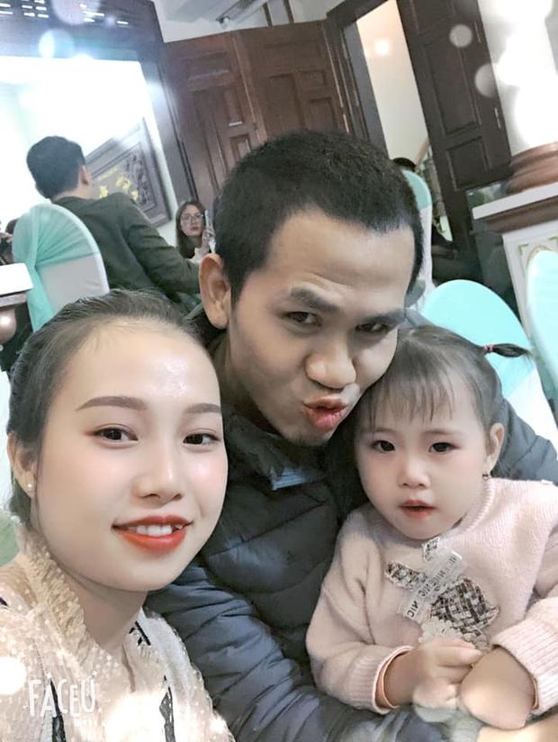 """Biểu cảm hạnh phúc của """"người hùng"""" Nguyễn Ngọc Mạnh khi được vợ thưởng áo mới hút 6,6 triệu views - Ảnh 3."""