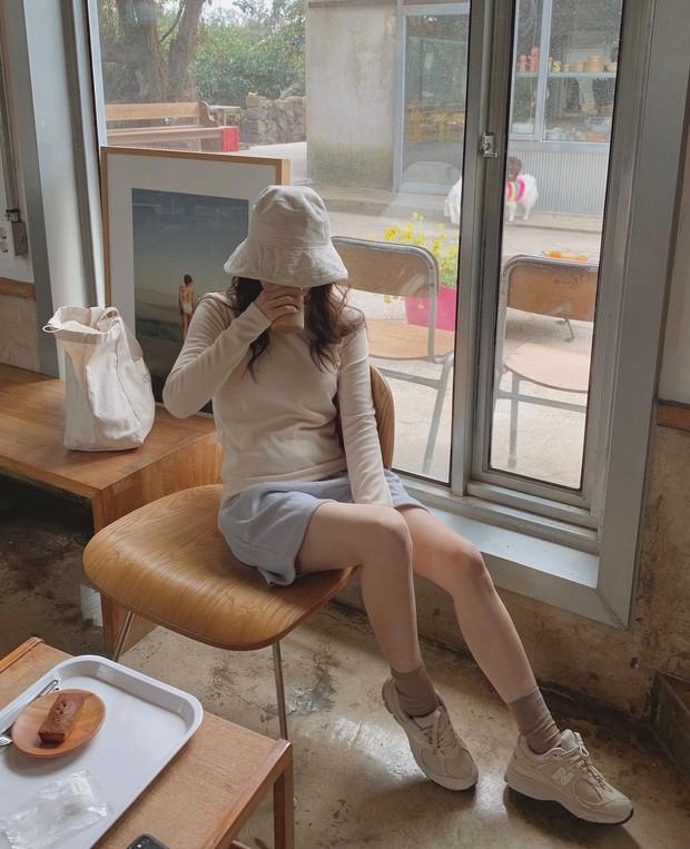 Làm mới loạt items cũ trong tủ đồ bằng 12 công thức mix&match xinh tươi, trendy của hội gái Hàn - Ảnh 2.