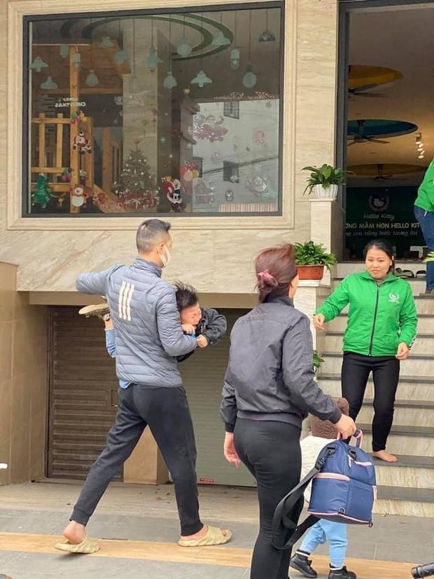 Loạt ảnh viral nhất hôm nay: Cậu nhóc mếu máo vì phải đi học lại, liên tục la khóc không chịu rời vòng tay bố - Ảnh 1.