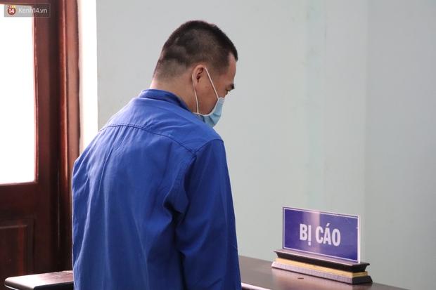 Thầy giáo xâm hại 4 nam sinh THCS khóc nức nở khi bị tuyên án 7 năm tù, bố mẹ nạn nhân bức xúc đòi kháng cáo - Ảnh 2.