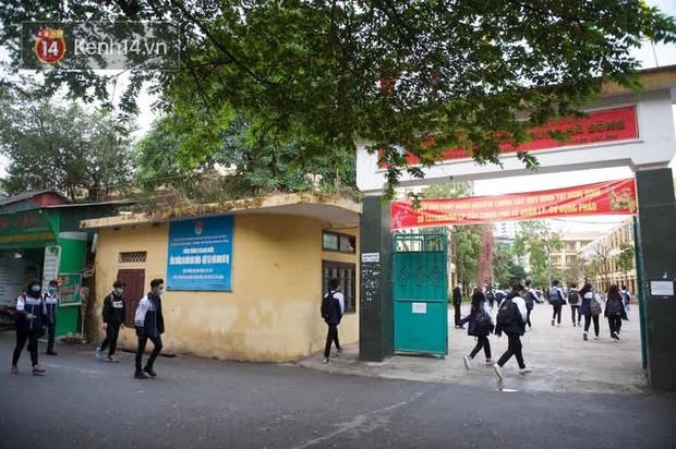 Chùm ảnh: Học sinh Hà Nội đeo khẩu trang kín mít sau 1 tháng nghỉ dịch, chạy vội vào lớp do đi học muộn - Ảnh 8.