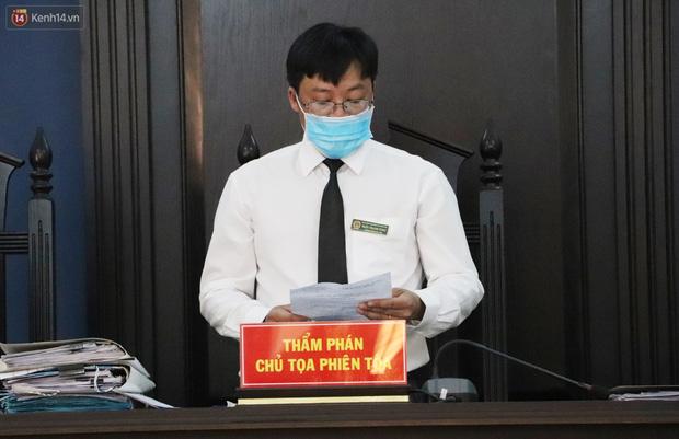 Thầy giáo xâm hại 4 nam sinh THCS khóc nức nở khi bị tuyên án 7 năm tù, bố mẹ nạn nhân bức xúc đòi kháng cáo - Ảnh 5.