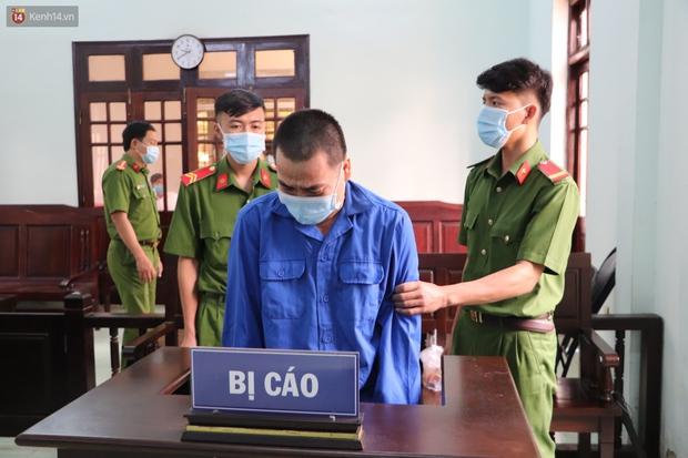 Thầy giáo xâm hại 4 nam sinh THCS khóc nức nở khi bị tuyên án 7 năm tù, bố mẹ nạn nhân bức xúc đòi kháng cáo - Ảnh 6.