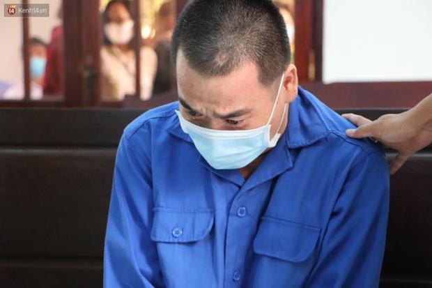 Thầy giáo xâm hại 4 nam sinh THCS khóc nức nở khi bị tuyên án 7 năm tù, bố mẹ nạn nhân bức xúc đòi kháng cáo - Ảnh 8.