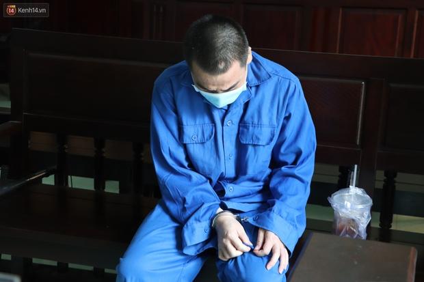 Thầy giáo xâm hại 4 nam sinh THCS khóc nức nở khi bị tuyên án 7 năm tù, bố mẹ nạn nhân bức xúc đòi kháng cáo - Ảnh 10.