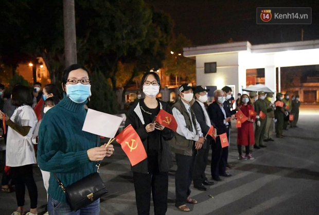 Người dân tại tâm dịch thành phố Chí Linh chuẩn bị cờ hoa, háo hức trước giờ hết cách ly xã hội - Ảnh 2.