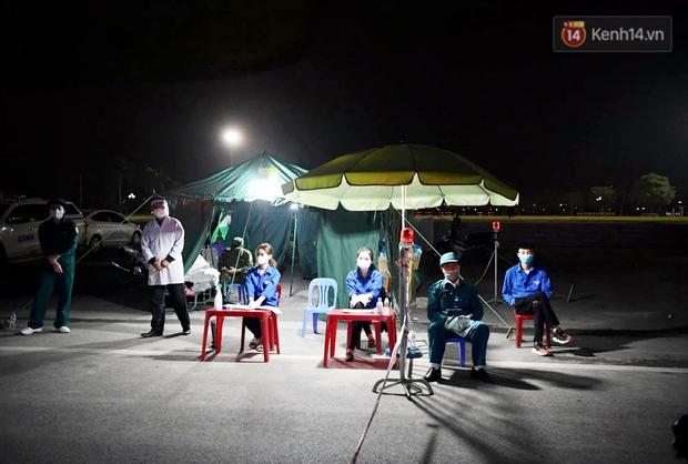 Người dân tại tâm dịch thành phố Chí Linh chuẩn bị cờ hoa, háo hức trước giờ hết cách ly xã hội - Ảnh 7.