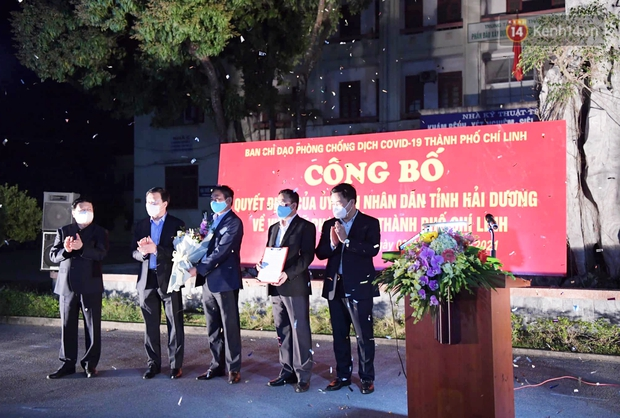 Người dân tại tâm dịch thành phố Chí Linh chuẩn bị cờ hoa, háo hức trước giờ hết cách ly xã hội - Ảnh 10.
