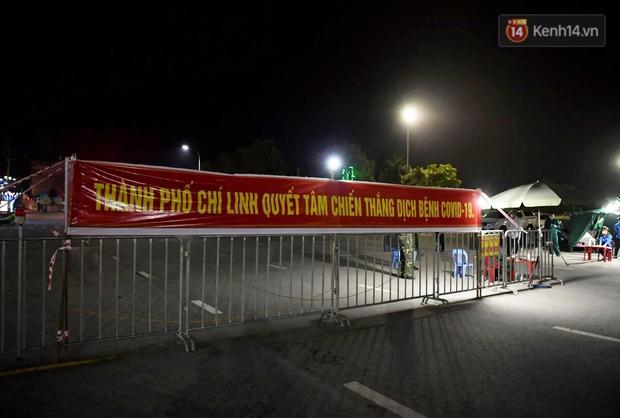 Người dân tại tâm dịch thành phố Chí Linh chuẩn bị cờ hoa, háo hức trước giờ hết cách ly xã hội - Ảnh 3.