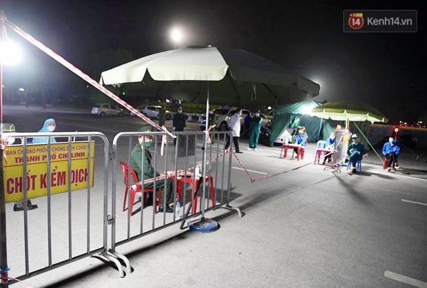 Người dân tại tâm dịch thành phố Chí Linh chuẩn bị cờ hoa, háo hức trước giờ hết cách ly xã hội - Ảnh 4.