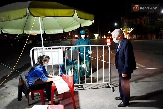 Người dân tại tâm dịch thành phố Chí Linh chuẩn bị cờ hoa, háo hức trước giờ hết cách ly xã hội - Ảnh 8.