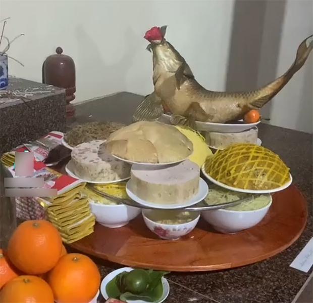 Mỏi mắt tìm đĩa thịt gà trong mâm cỗ: chủ nhân xếp quá đỉnh nên ai cũng nhìn nhầm thành đĩa xôi - Ảnh 1.