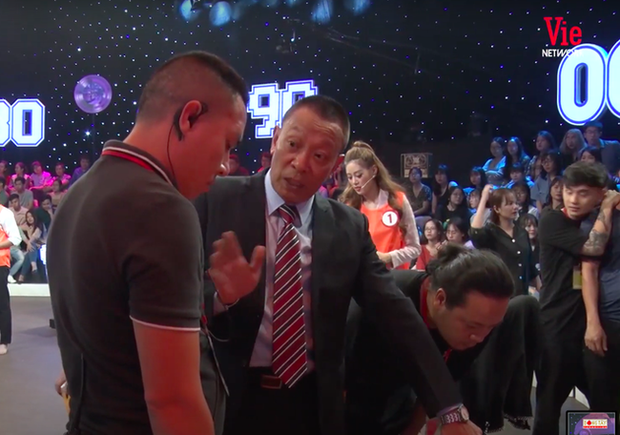 MC Thành Trung nằm bất động sau khi va chạm với Thanh Duy trên sân khấu Ký Ức Vui Vẻ - Ảnh 4.