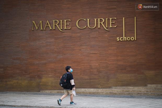 Chùm ảnh: Học sinh Hà Nội đeo khẩu trang kín mít sau 1 tháng nghỉ dịch, chạy vội vào lớp do đi học muộn - Ảnh 4.