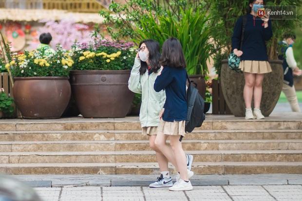 Chùm ảnh: Học sinh Hà Nội đeo khẩu trang kín mít sau 1 tháng nghỉ dịch, chạy vội vào lớp do đi học muộn - Ảnh 3.