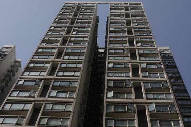 Bé trai 9 tuổi tử vong thương tâm sau khi rơi từ cửa sổ tầng 15 của chung cư Hong Kong - Ảnh 1.