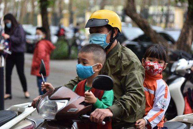 Học sinh Hà Nội trở lại trường, thực hiện nghiêm ngặt công tác phòng dịch COVID-19 - Ảnh 1.