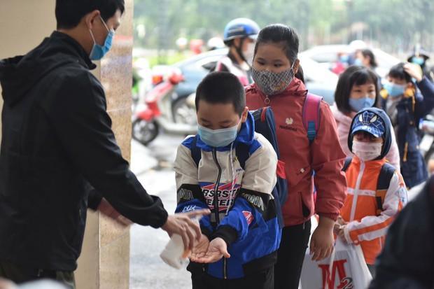 Học sinh Hà Nội trở lại trường, thực hiện nghiêm ngặt công tác phòng dịch COVID-19 - Ảnh 2.