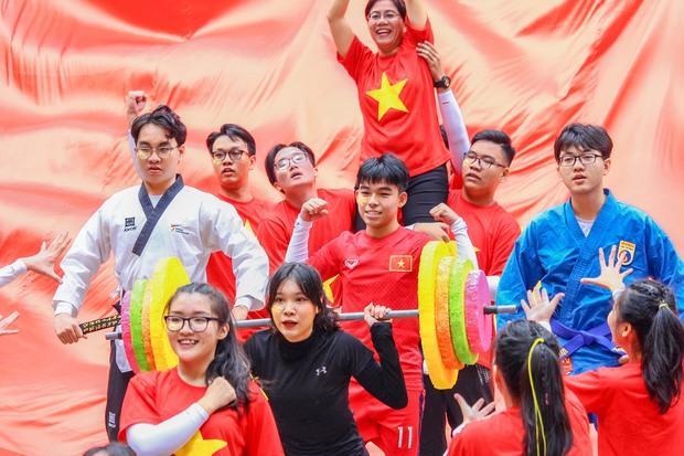 Bài nhảy flashmob của học sinh cấp 3 xem vừa rưng rưng vừa nổi da gà vì quá đỉnh: cả niềm tự hào Việt Nam gói gọn trong 3 phút - Ảnh 2.