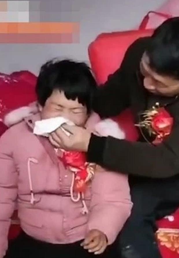 Hôn lễ gây tranh cãi trên MXH hiện tại: Cô dâu thiểu năng trí tuệ khóc nức nở vì lấy chồng già, mẹ ruột cười mãn nguyện không ngừng - Ảnh 2.